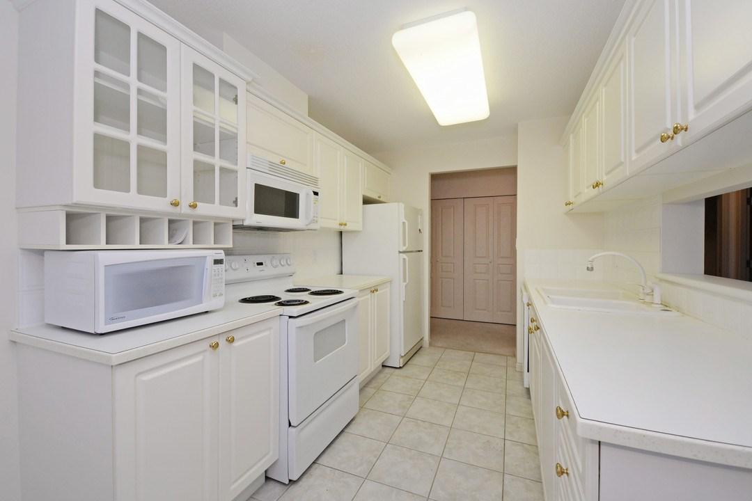 Condo Apartment at 402 15466 NORTH BLUFF ROAD, Unit 402, South Surrey White Rock, British Columbia. Image 10