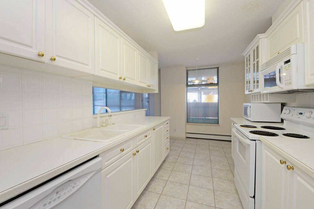 Condo Apartment at 402 15466 NORTH BLUFF ROAD, Unit 402, South Surrey White Rock, British Columbia. Image 11
