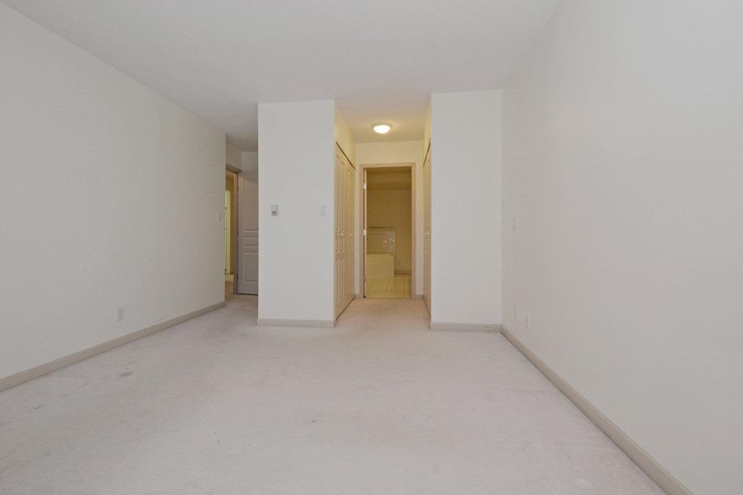Condo Apartment at 402 15466 NORTH BLUFF ROAD, Unit 402, South Surrey White Rock, British Columbia. Image 13