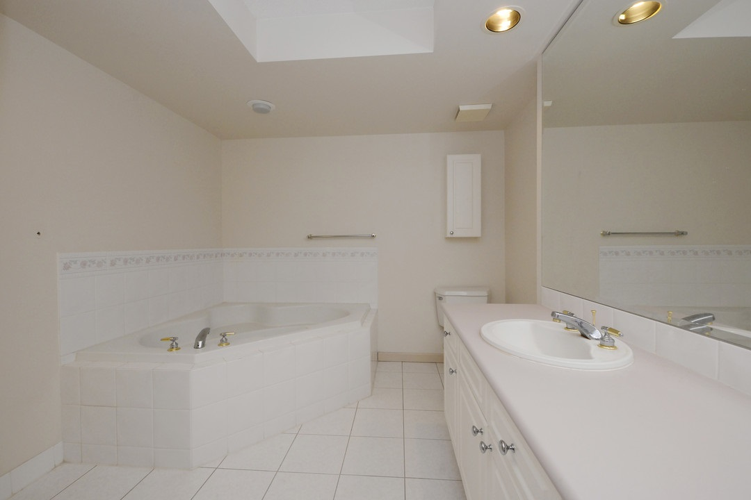 Condo Apartment at 402 15466 NORTH BLUFF ROAD, Unit 402, South Surrey White Rock, British Columbia. Image 14