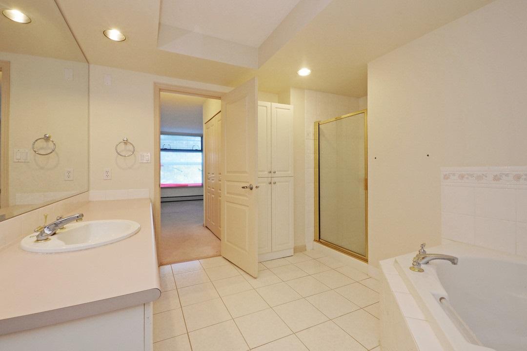Condo Apartment at 402 15466 NORTH BLUFF ROAD, Unit 402, South Surrey White Rock, British Columbia. Image 15