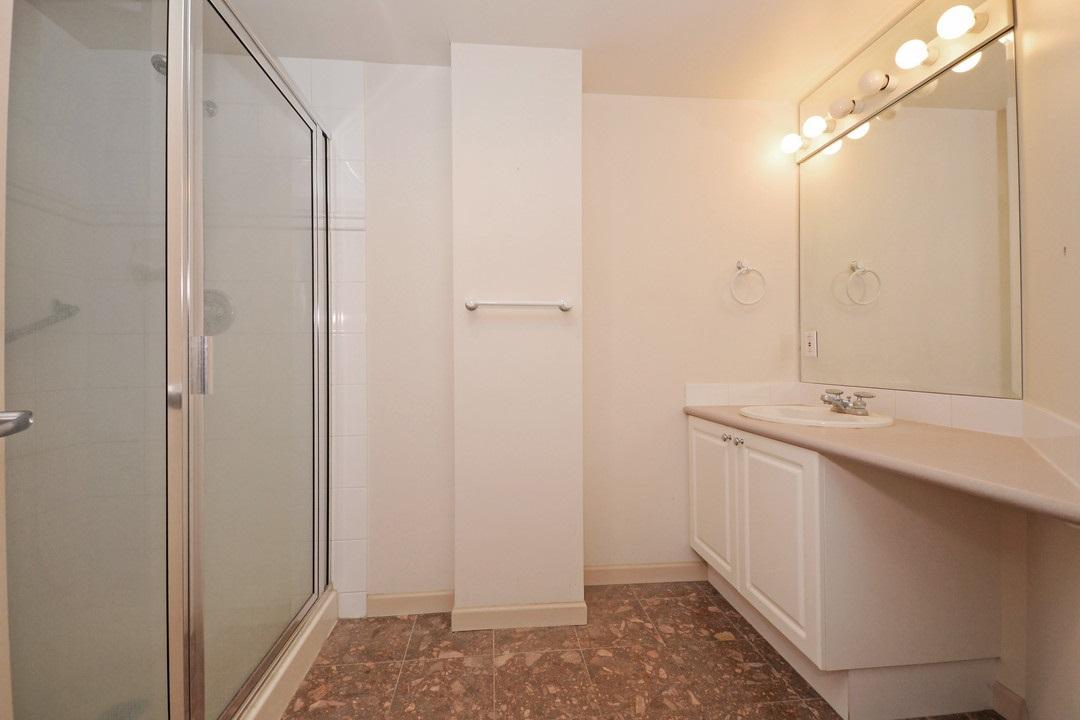 Condo Apartment at 402 15466 NORTH BLUFF ROAD, Unit 402, South Surrey White Rock, British Columbia. Image 16