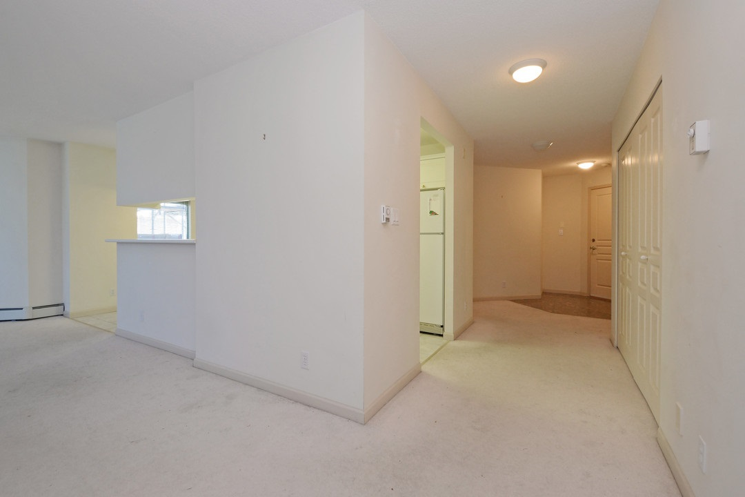 Condo Apartment at 402 15466 NORTH BLUFF ROAD, Unit 402, South Surrey White Rock, British Columbia. Image 17