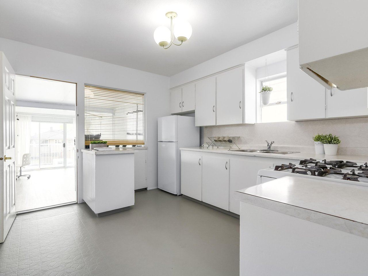 Detached at 4590 UNION STREET, Burnaby North, British Columbia. Image 8