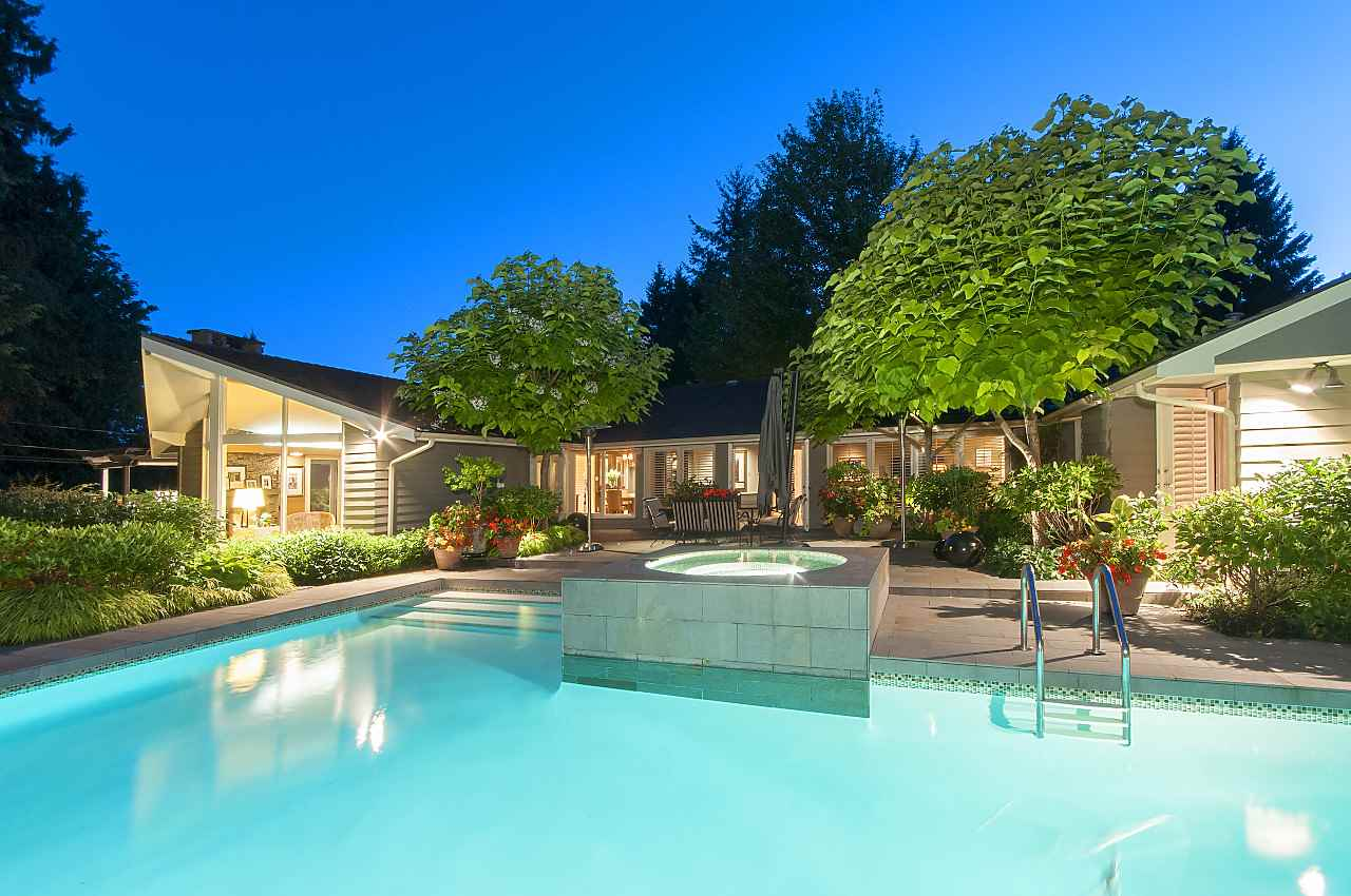 Detached at 580 SOUTHBOROUGH DRIVE, West Vancouver, British Columbia. Image 1