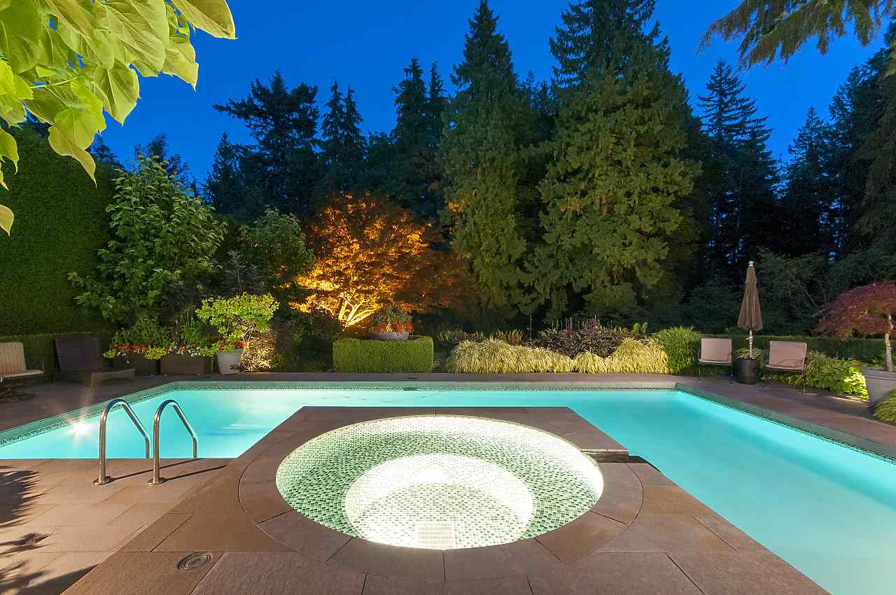 Detached at 580 SOUTHBOROUGH DRIVE, West Vancouver, British Columbia. Image 2
