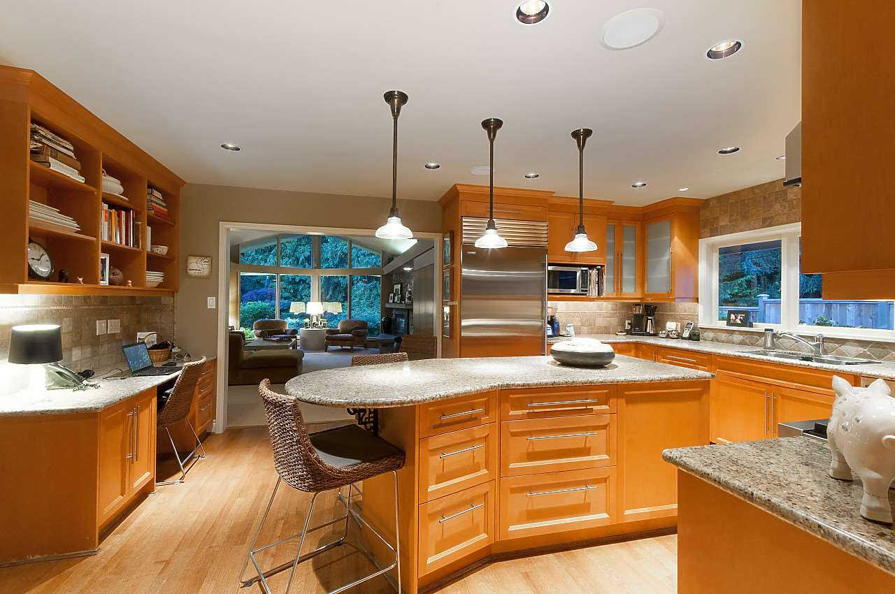 Detached at 580 SOUTHBOROUGH DRIVE, West Vancouver, British Columbia. Image 7