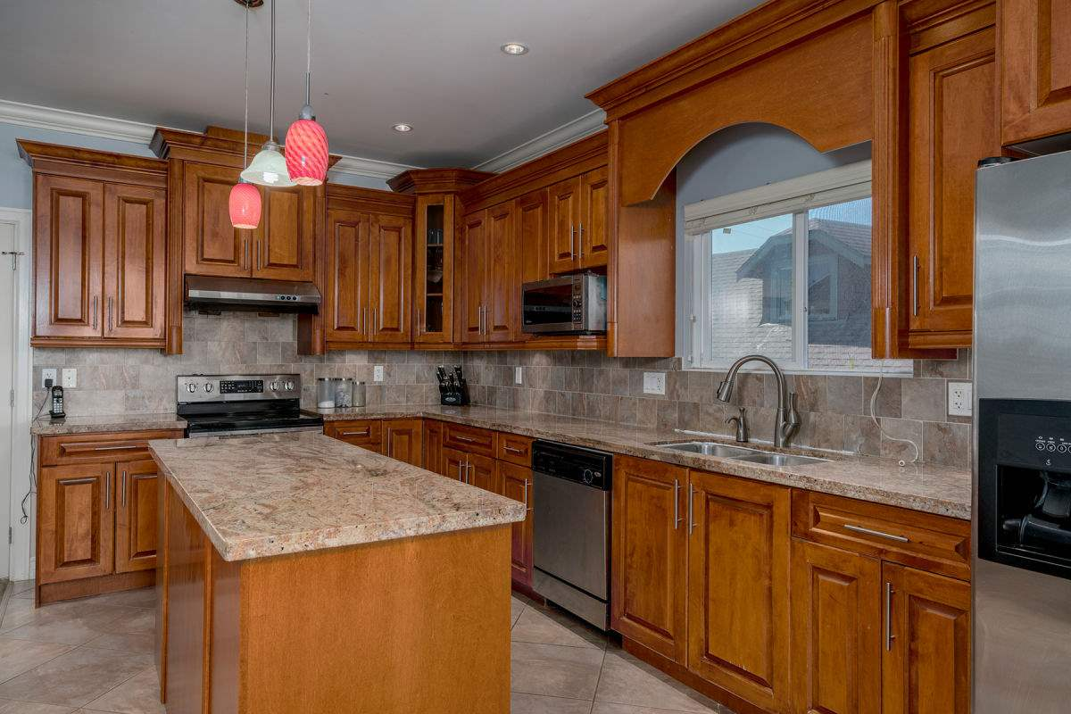 Detached at 225 HOWES STREET, New Westminster, British Columbia. Image 7