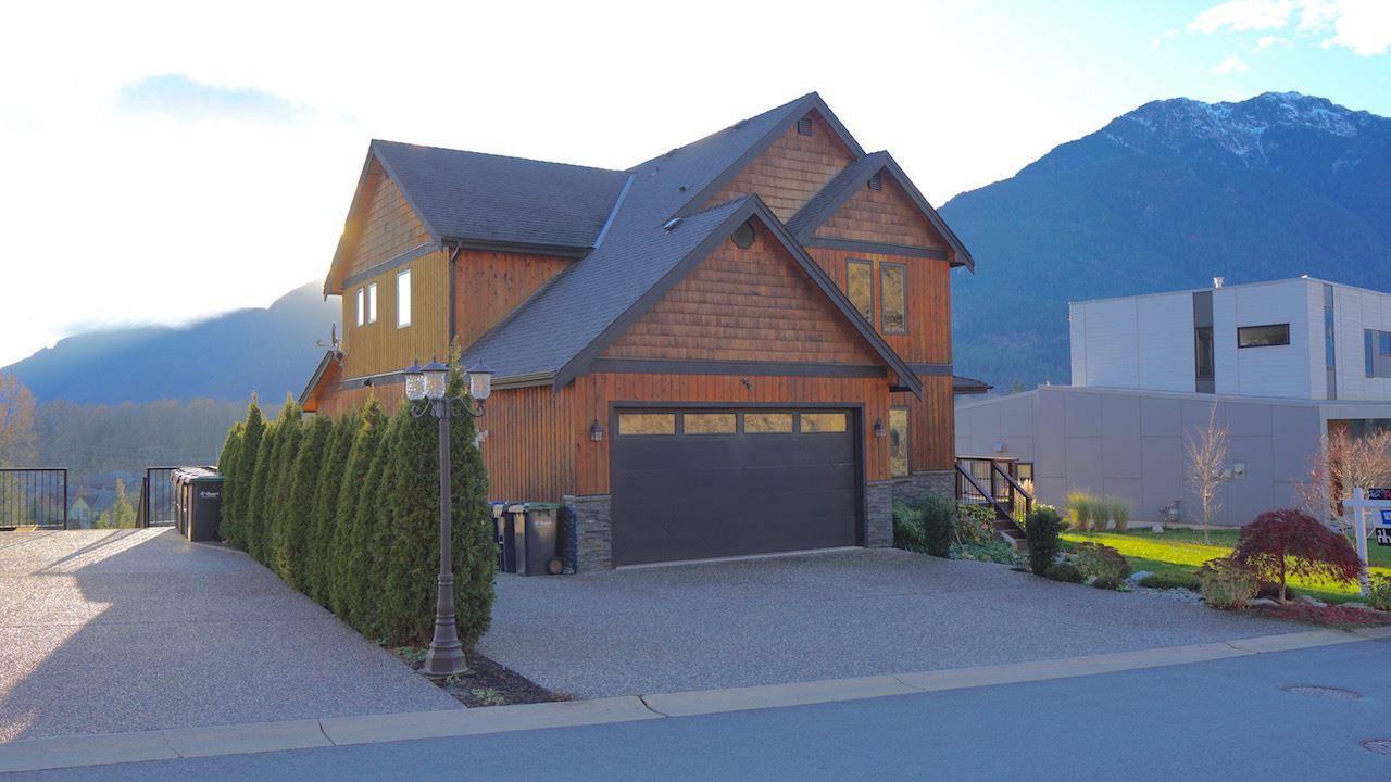 Detached at 41185 ROCKRIDGE PLACE, Squamish, British Columbia. Image 1