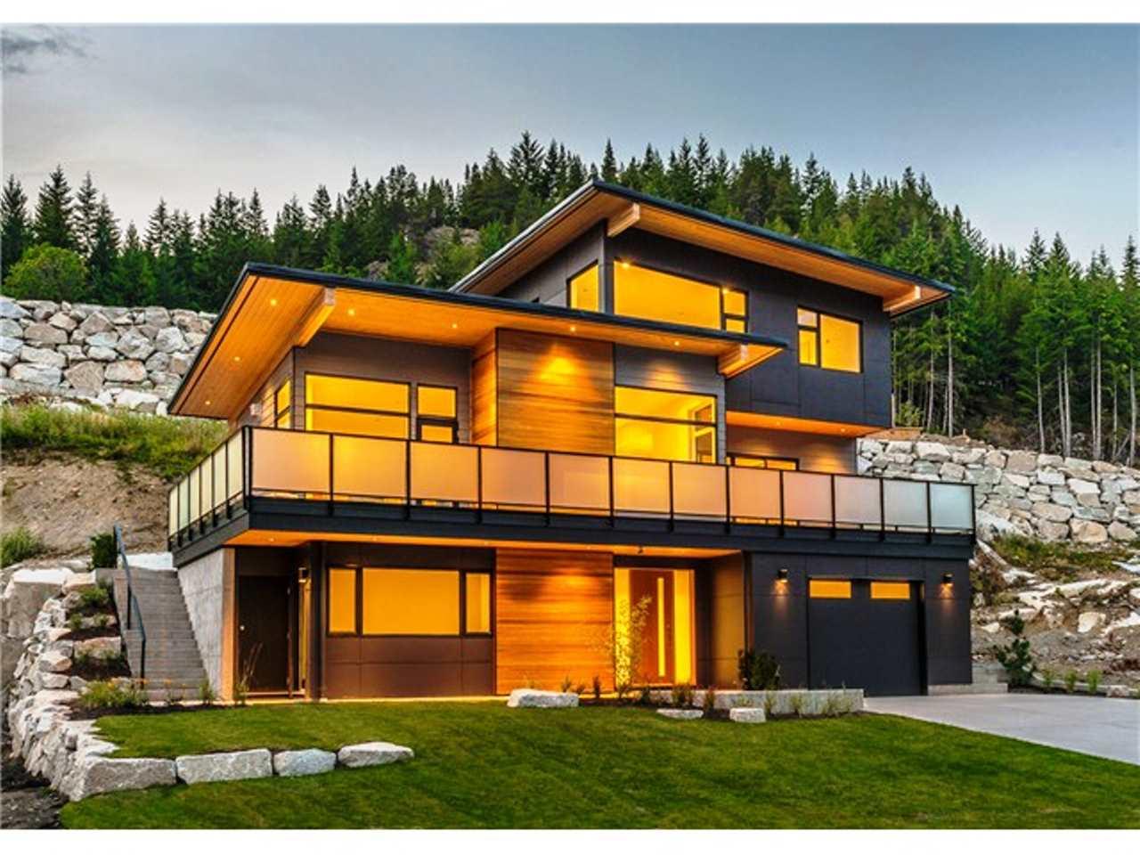 Detached at 2075 CRUMPIT WOODS DRIVE, Squamish, British Columbia. Image 2