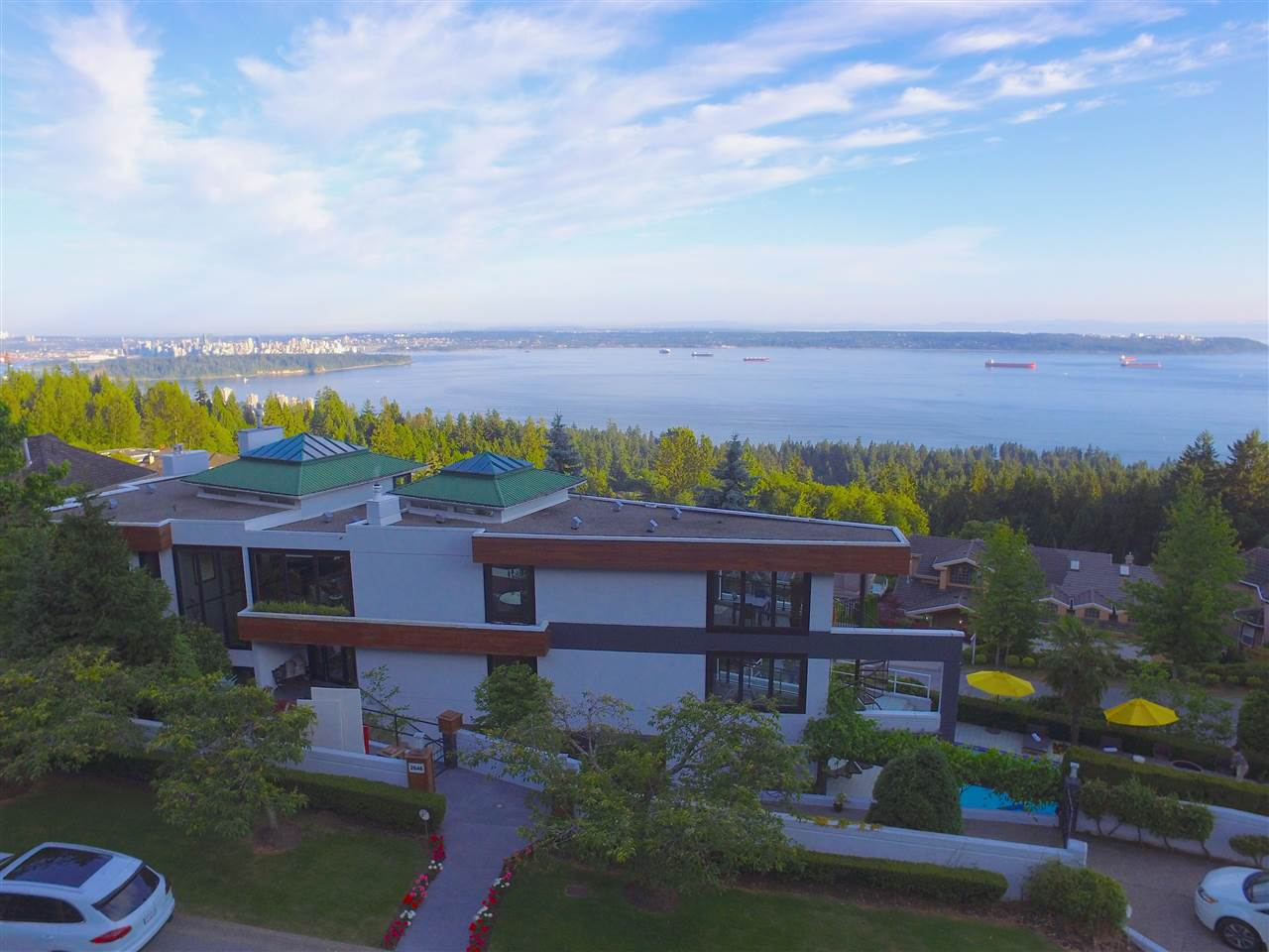 Detached at 2646 CHIPPENDALE ROAD, West Vancouver, British Columbia. Image 2