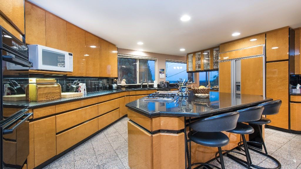 Detached at 642 SOUTHBOROUGH DRIVE, West Vancouver, British Columbia. Image 8
