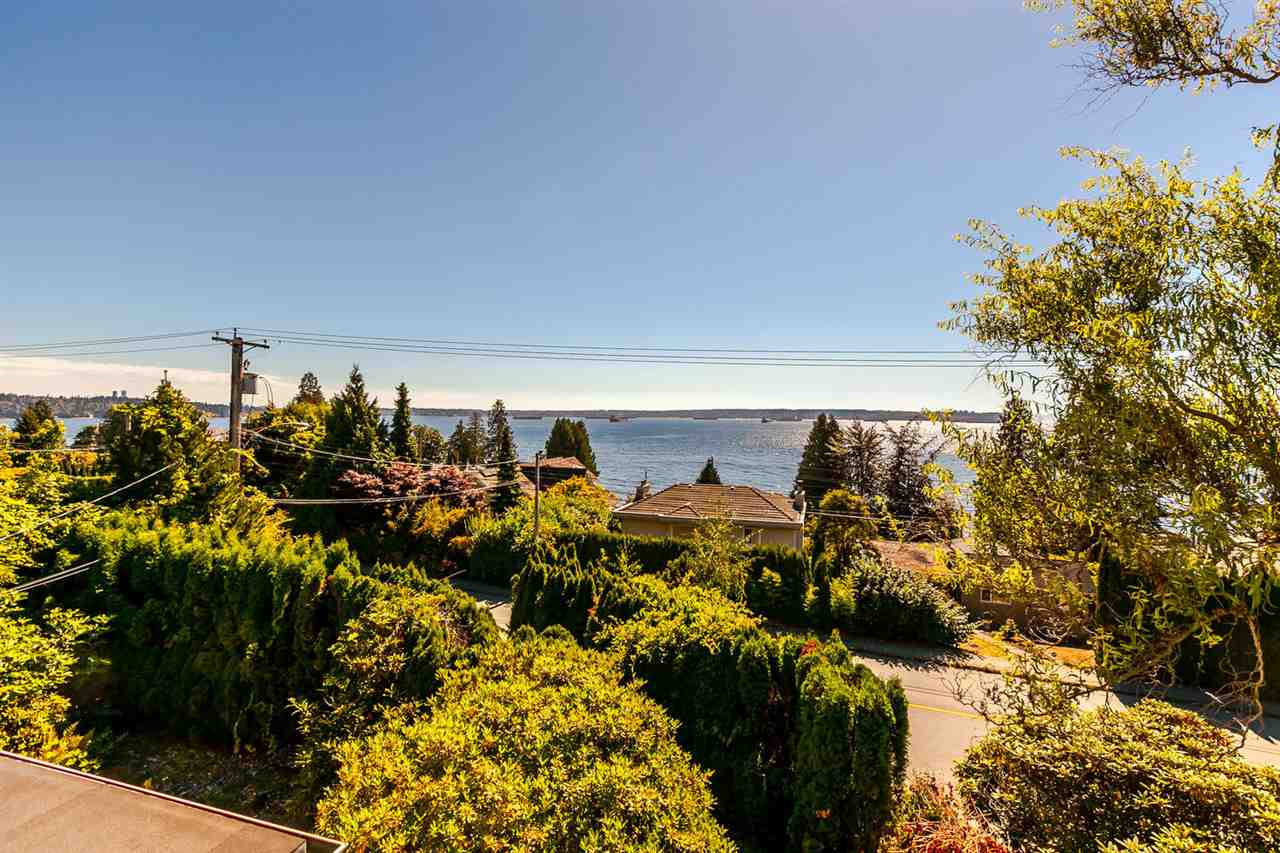 Detached at 2631 MARINE DRIVE, West Vancouver, British Columbia. Image 3