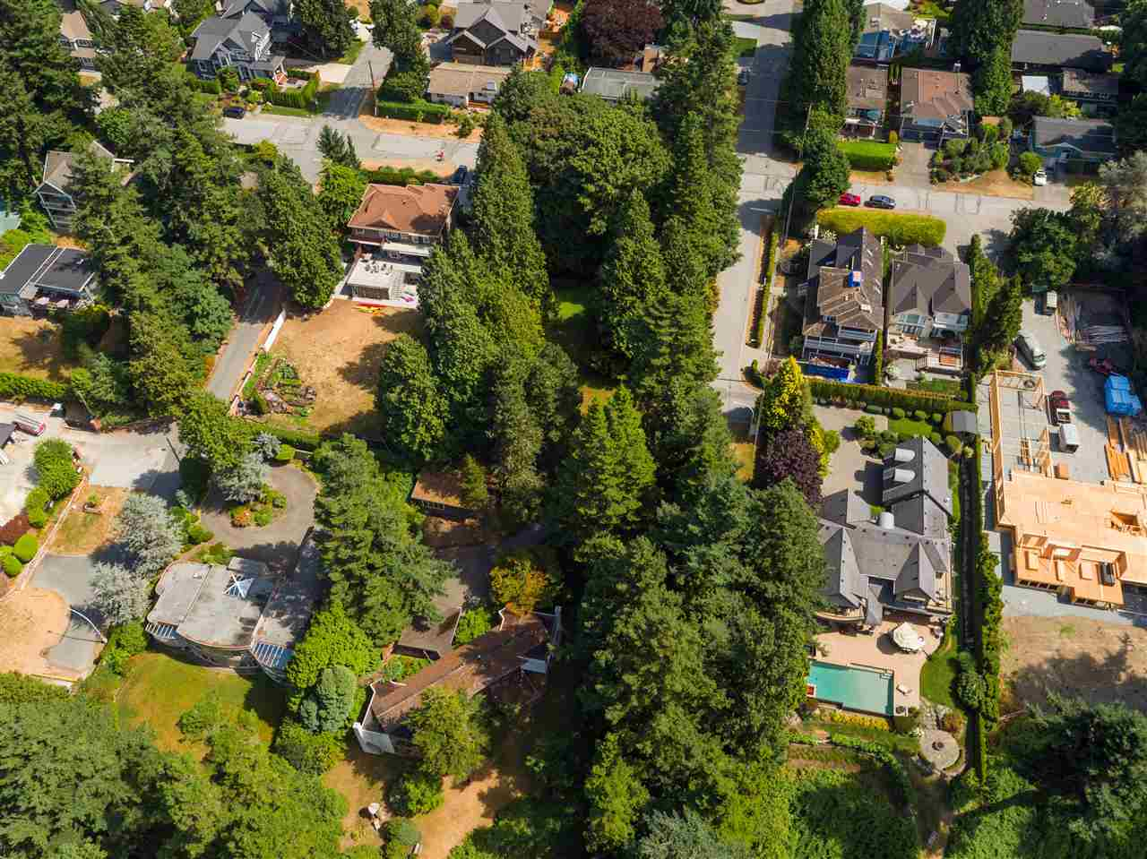 Detached at 12585 15 AVENUE, South Surrey White Rock, British Columbia. Image 2