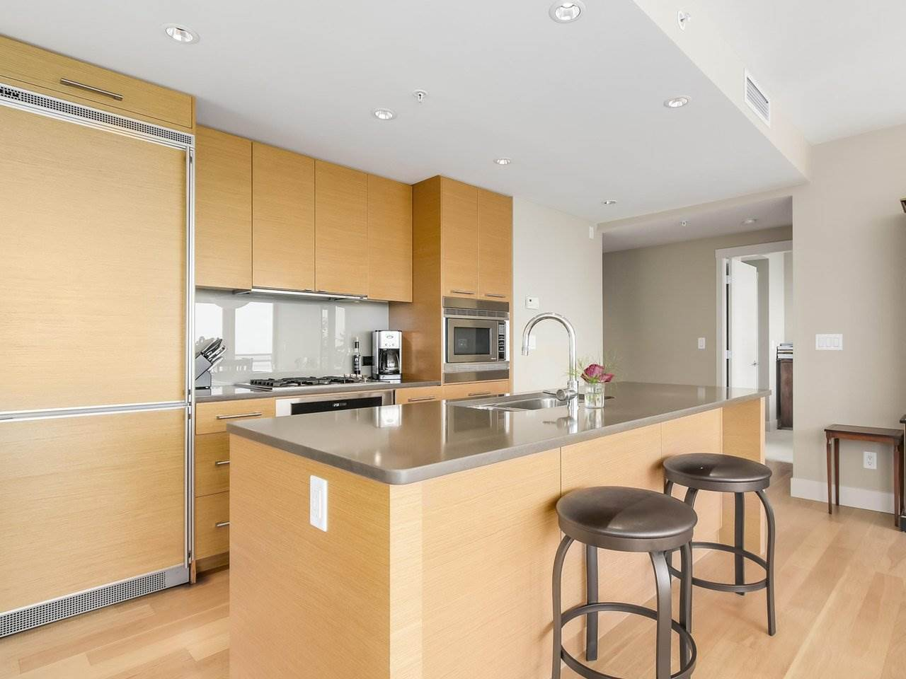 Condo Apartment at 802 15152 RUSSELL AVENUE, Unit 802, South Surrey White Rock, British Columbia. Image 8