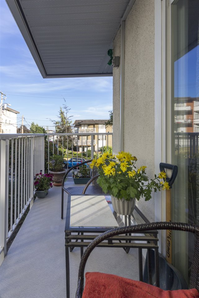 Condo Apartment at 208 815 FOURTH AVENUE, Unit 208, New Westminster, British Columbia. Image 3