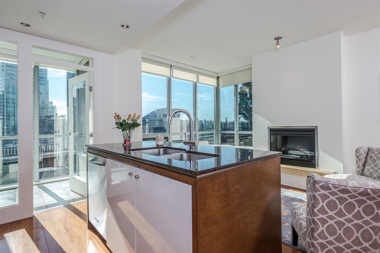 Condo Apartment at 701 1005 BEACH AVENUE, Unit 701, Vancouver West, British Columbia. Image 4