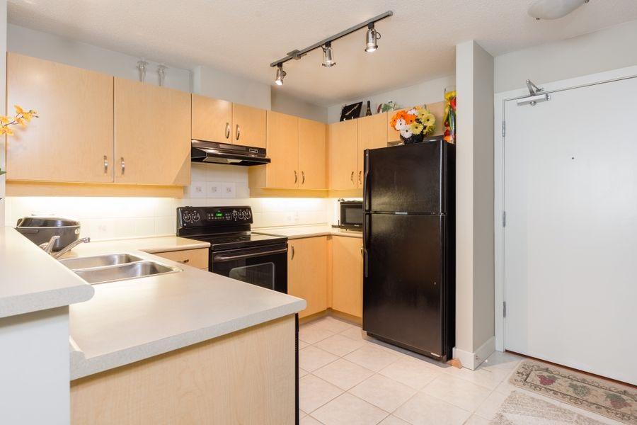 Condo Apartment at 425 10838 CITY PARKWAY, Unit 425, North Surrey, British Columbia. Image 10