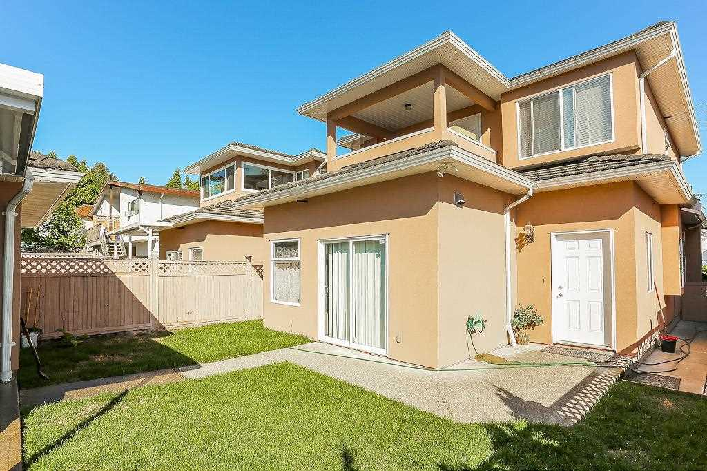 Half-duplex at 7119 10TH AVENUE, Burnaby East, British Columbia. Image 20