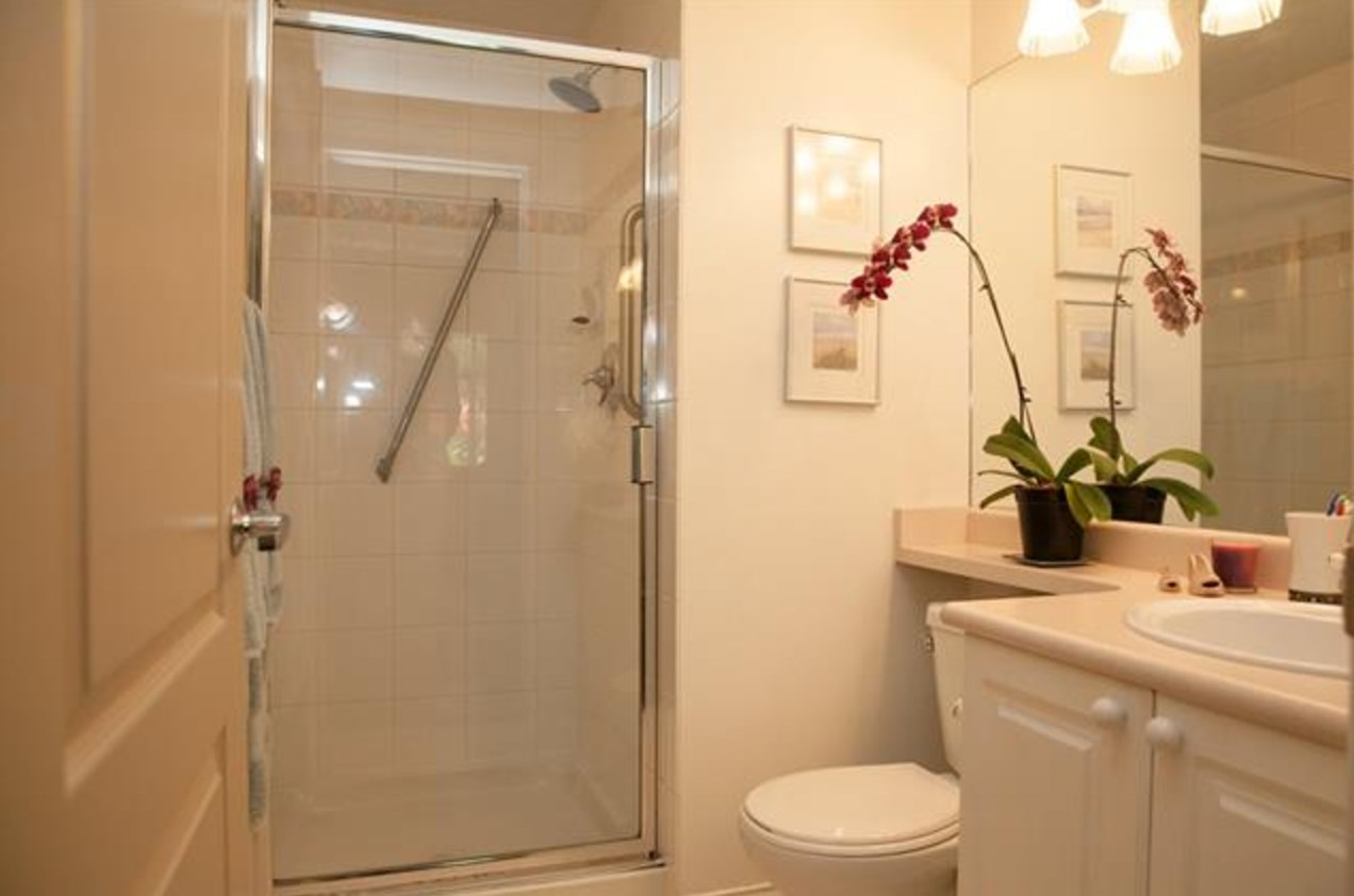 Condo Apartment at 305 2059 CHESTERFIELD AVENUE, Unit 305, North Vancouver, British Columbia. Image 11