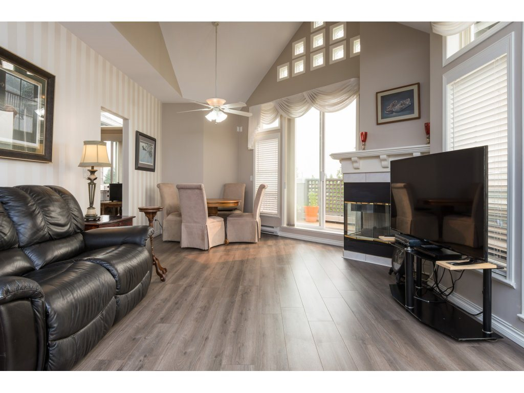 Condo Apartment at 409 15555 16TH AVENUE, Unit 409, South Surrey White Rock, British Columbia. Image 3