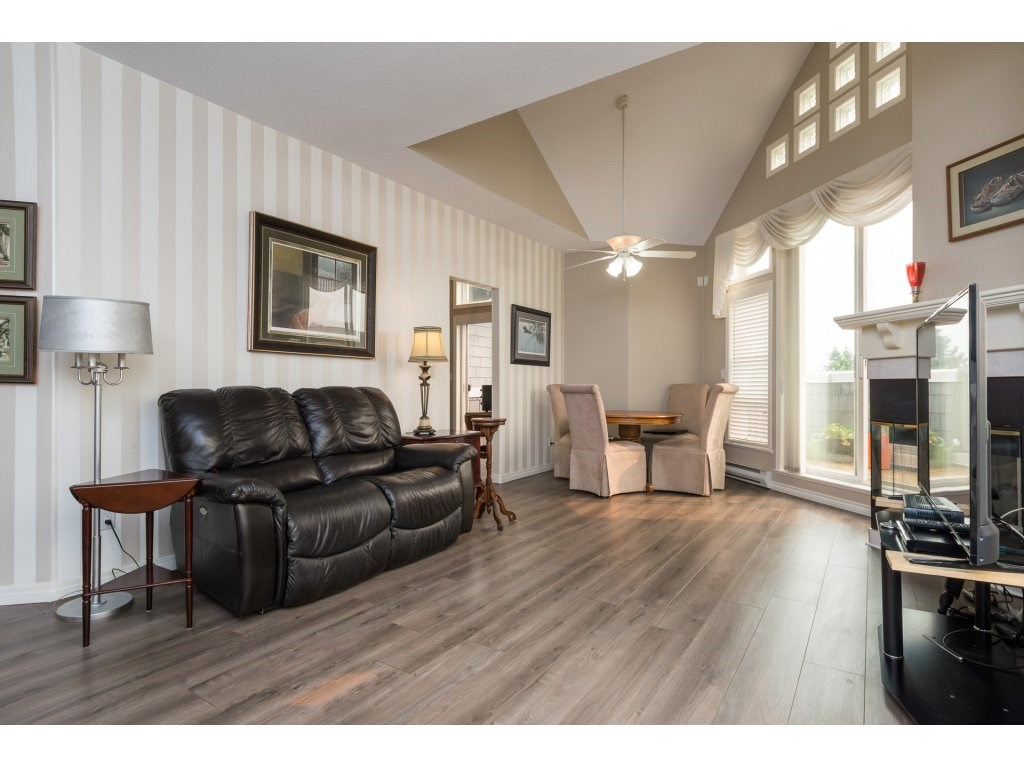 Condo Apartment at 409 15555 16TH AVENUE, Unit 409, South Surrey White Rock, British Columbia. Image 4