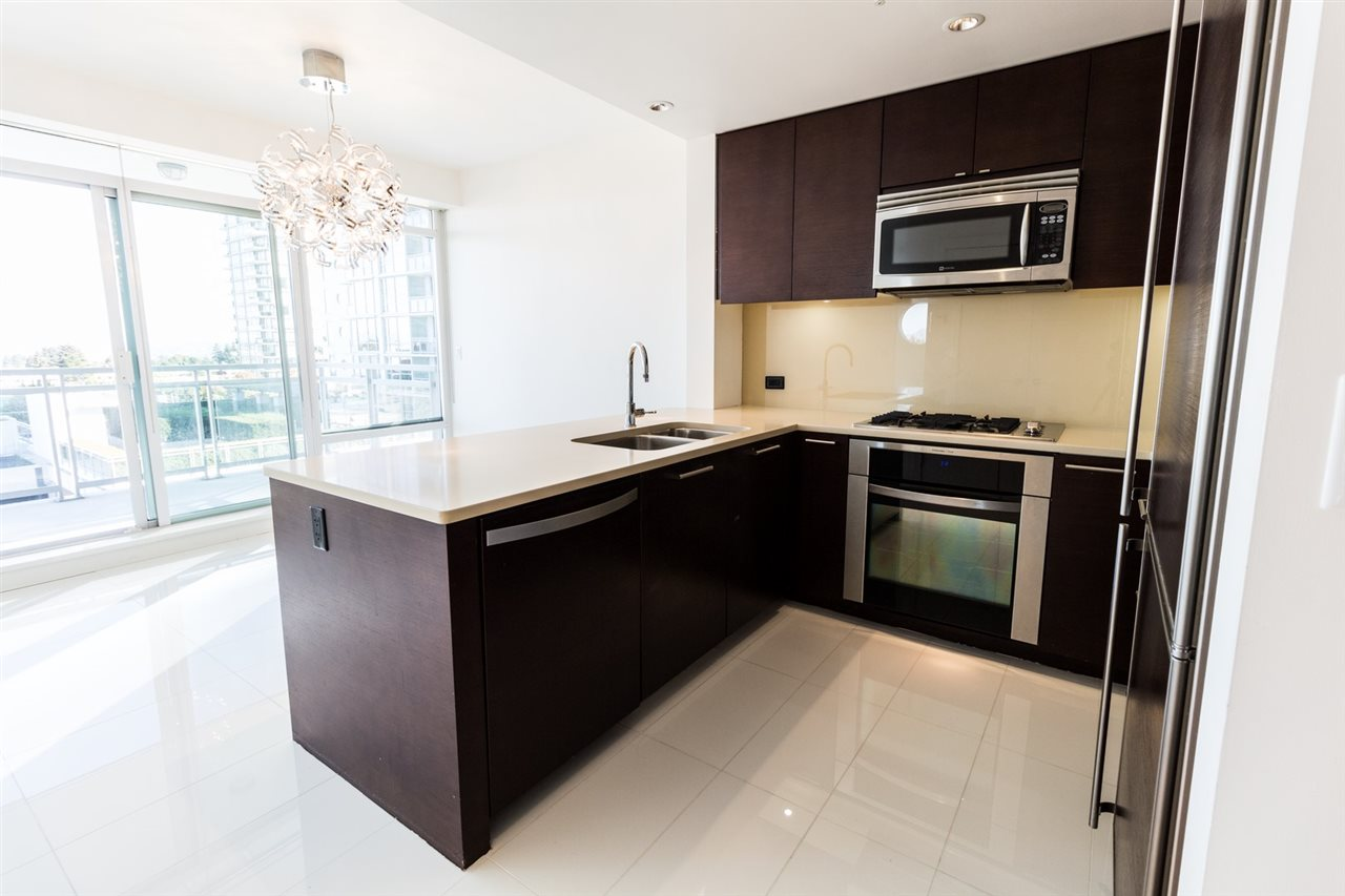 Condo Apartment at 606 15152 RUSSELL AVENUE, Unit 606, South Surrey White Rock, British Columbia. Image 3