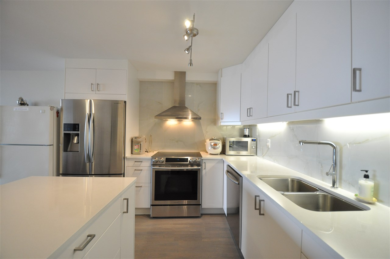Condo Apartment at 111 2274 FOLKESTONE WAY, Unit 111, West Vancouver, British Columbia. Image 4