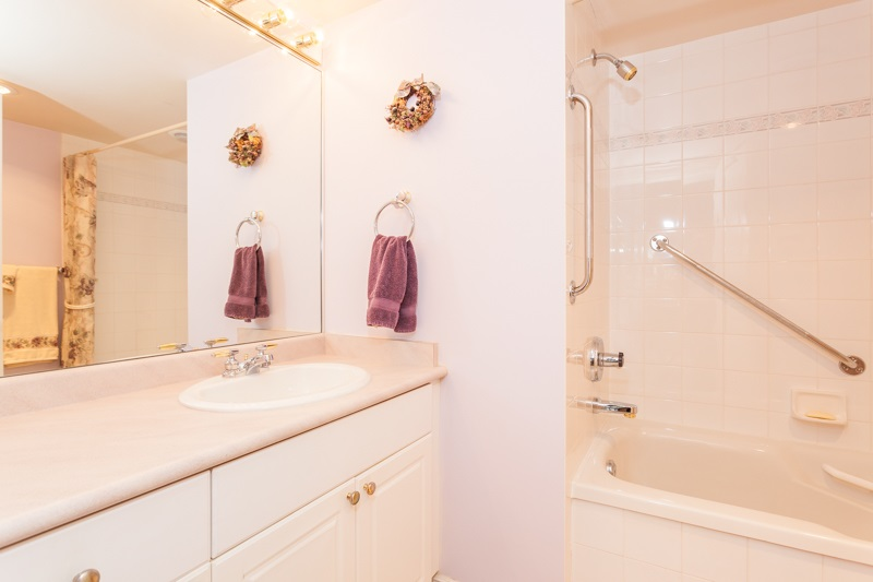 Condo Apartment at 102 1705 MARTIN DRIVE, Unit 102, South Surrey White Rock, British Columbia. Image 13