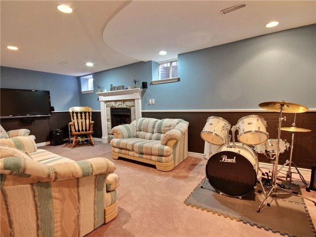 Detached at 22 Thackeray Cres, Barrie, Ontario. Image 9