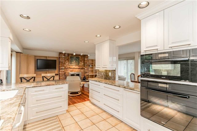 Detached at 77 Berczy St, Barrie, Ontario. Image 2