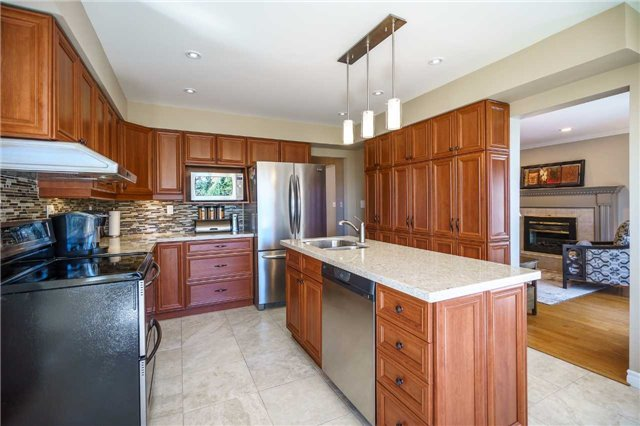 Detached at 23 Thackeray Cres, Barrie, Ontario. Image 11