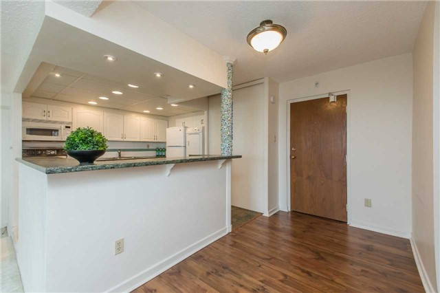 Condo Apartment at 181 Collier St, Unit 906, Barrie, Ontario. Image 18