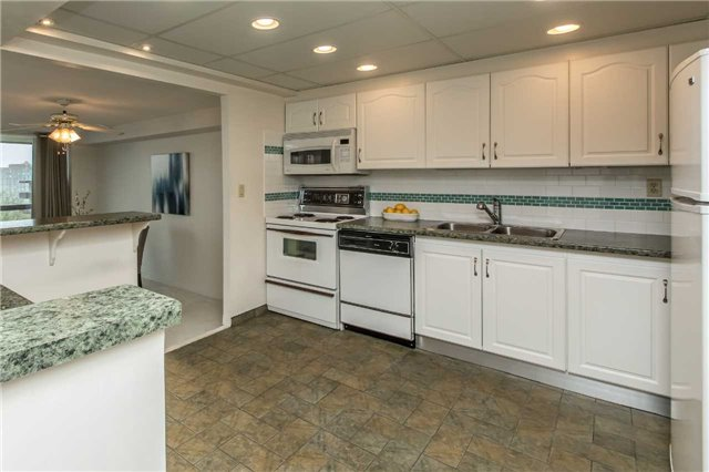 Condo Apartment at 181 Collier St, Unit 906, Barrie, Ontario. Image 2