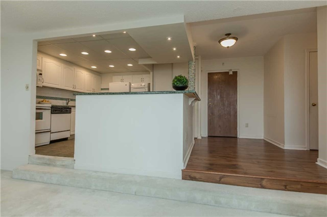 Condo Apartment at 181 Collier St, Unit 906, Barrie, Ontario. Image 3
