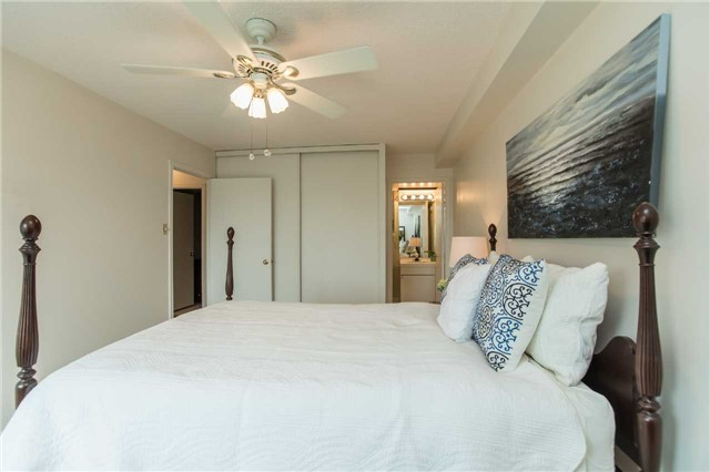 Condo Apartment at 181 Collier St, Unit 906, Barrie, Ontario. Image 5