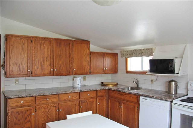 Detached at 15 Marcus St, Barrie, Ontario. Image 11