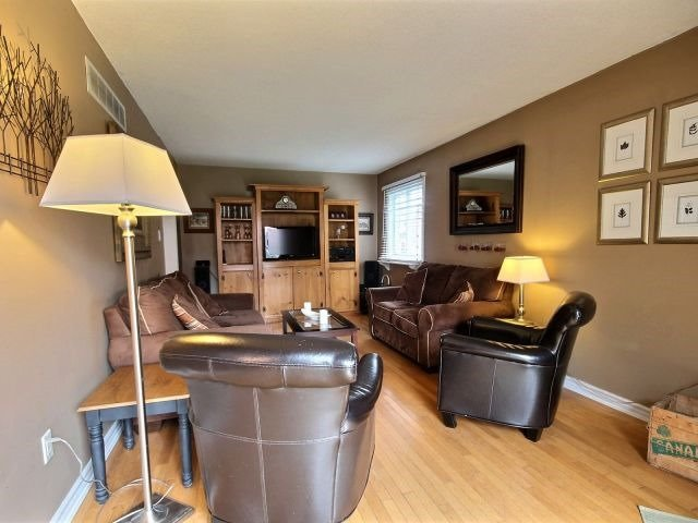Detached at 524 Grove St E, Barrie, Ontario. Image 2
