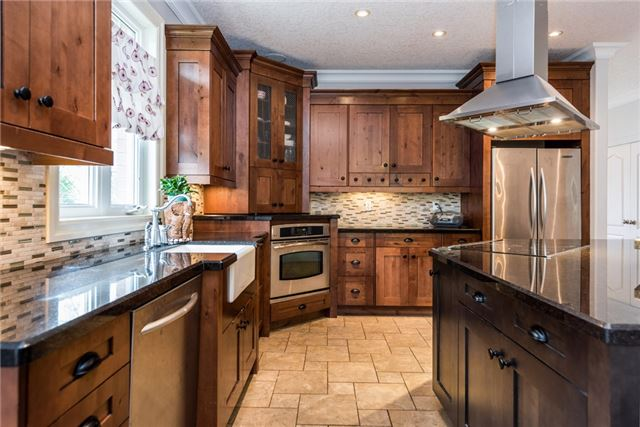 Detached at 415 Little Ave, Barrie, Ontario. Image 14