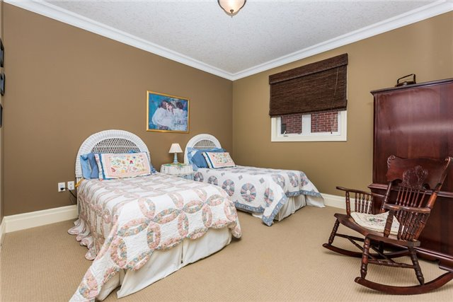 Detached at 415 Little Ave, Barrie, Ontario. Image 4