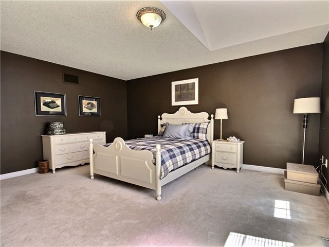 Detached at 18 Parisian Cres, Barrie, Ontario. Image 18