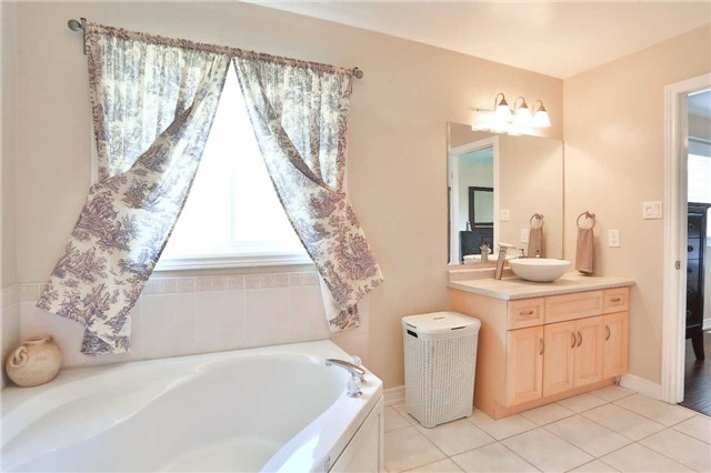 Detached at 73 Balmoral Pl, Barrie, Ontario. Image 2