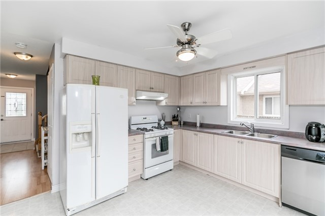 Detached at 4 Shaina Crt, Barrie, Ontario. Image 10