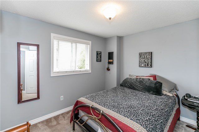 Detached at 4 Shaina Crt, Barrie, Ontario. Image 4