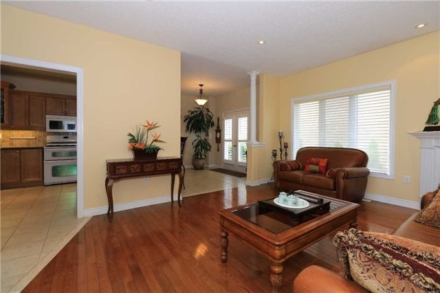 Detached at 2 Stapleton Pl, Barrie, Ontario. Image 2