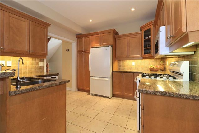 Detached at 2 Stapleton Pl, Barrie, Ontario. Image 3
