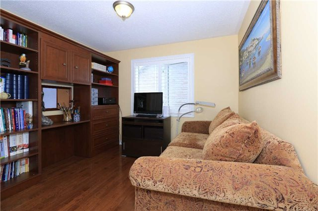 Detached at 2 Stapleton Pl, Barrie, Ontario. Image 8