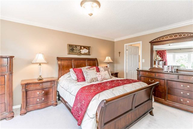 Detached at 45 Shakespeare Cres, Barrie, Ontario. Image 4