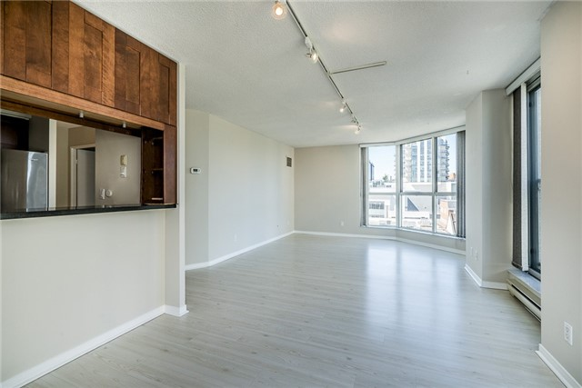 Condo Apartment at 140 Dunlop St E, Unit 811, Barrie, Ontario. Image 5