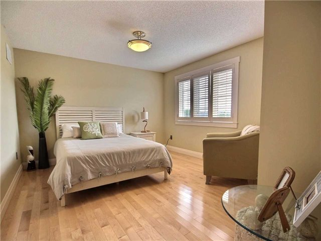 Detached at 69 Mcintyre Dr, Barrie, Ontario. Image 3